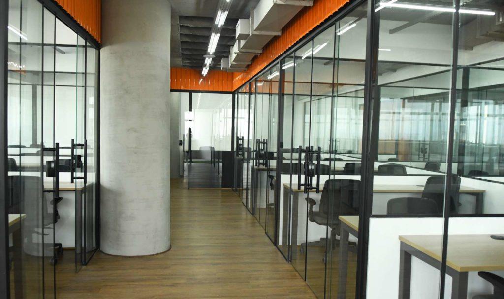 A imagem mostra a estrutura de um coworking moderno